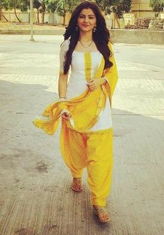 Beautiful and simple dress Patiala Dress, Punjabi Dress, Patiala Salwar, Punjabi Salwar Suits, Anarkali Suits, Patiala Suit Designs, Churidar Designs, Kurti Designs Party Wear, Dress Indian Style