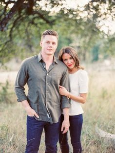 Country Engagement Photos Spring engagement photo outfits - Choosing what outfit to wear for a spring engagement photo shoot can be challenging. Let us help you decide with eight outfit ideas that are sure to inspire.