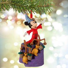 """Mit dieser fantastischen """"Fantasia""""-Weihnachtsdekoration schmückst du deinen Baum mit der Magie eines beliebten Films. Sie ist Teil der Sketchbook-Kollektion und zeigt Micky als den Zauberlehrling."""
