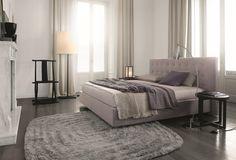 Arca, diseñada por Paolo Piva, una cama, muchas personalidades. Rigurosa y esencial con la base de madera, romántica y soñadora revestida en tejido con..