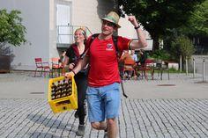 """Biermarathon FH Vorarlberg Am Samstag hat ÖH FH Vorarlberg mit den BA, Ma Studierenden und Incomings den Biermarathon durchgeführt. Aufgabe der Studierenden war es von der FH über den Zansenberg, in zweier Teams, eine Kiste Mohren zu transportieren und zu Trinken. Beim Zieleinlauf mussten, die zwanzig Flaschen gelehrt sein. Kurioses während dem Wettbewerb:"""" Bierkiste wurde verloren, Rucksack wurde vergessen, und die Strecke zweimal gelaufen, Teams haben sich verlaufen u.ä. Es hatten alle… Marathon, Hats, Fashion, Left Out, Flasks, Drinking, Moda, Hat, Fashion Styles"""