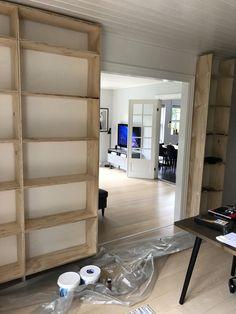DIY – Hjemmebygget væg til væg bogreol | livingonabudgetdk Built In Furniture, Diy Furniture, Dyi, Diy And Crafts, Bookcase, Sweet Home, Indoor, Shelves, Living Room