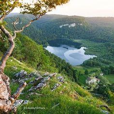 Balade au Lac de Bonlieu   Jura, France   Photo de Stéphane Godin/Jura Tourisme   #Jura #JuraTourisme