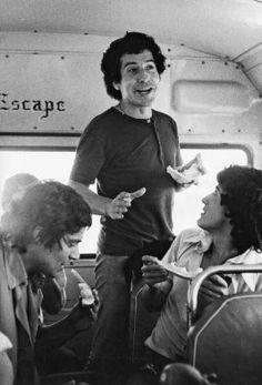 WEBGUERRILLERO: A 41 años de la muerte de Víctor Jara: 110 fotos suyas que quizá no conoces Victor Jara, Music Love, Revolution, Che Guevara, People, Easter Island, Legends, Pokemon, Icons