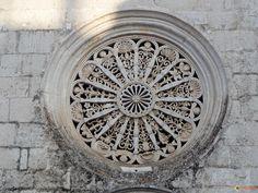 Magnifique sculpture de rosace, véritable dentelle de pierre blanche, au fronton de l'église de la Madonna Greca à Locorotondo, Puglia - Italie