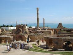 Carthage : Ville fondée par les phéniciens en 814 avant détruite puis reconstruite par les romains. Elle a laissé des vestiges forts impressionnants tels que ceux des thermes d'Antonin.