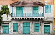 First homes of the Spanish colonial empire in the New World. Zona Colonial, Spanish Colonial, Spanish Style, Residential Architect, Cool Countries, Abandoned Buildings, Dominican Republic, Tropical, Back Home