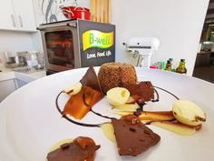 Karen Blanché – Spiced Chocolate FondantKaren Blanché – Spiced Chocolate FondantTyd: 30 – 40 Min Bedien: 6 Persone SoetBestanddele:140g 70% Dark chocolate 140g Butter 3 (150g) Egg 3 (60g) Yolk 80g Sugar 45g Flour 1Tsp Ground spice (cinnamon, ginger, clove)Metode: Form a sabayon with the egg & sugar.Melt the couverture & butter.Add this to the … Chocolate Fondant, Serving Plates, Love Food, Cinnamon, Oven, Egg, Spices, Butter, Sugar