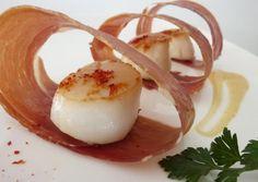 (c) Noix de St-Jacques au piment d'espelette, chips de jambon de Bayonne et sauce corail, by anou974