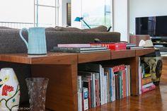 14-decoracao-banco-madeira-atras-sofa-livros