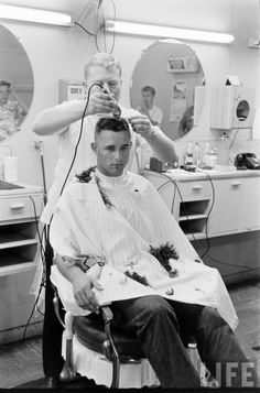 Do you have curly locks that leave you frustrated sometimes when trying to figure out the best cut? In either case, pursuing curly. Vintage Mens Haircuts, Classic Mens Hairstyles, Haircuts For Men, Men's Haircuts, Barber Shop Haircuts, Brush Cut, Haircut Images, Dapper Dan, Types Of Curls