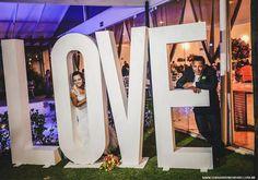 LOVE: um charmoso letreiro para decoração de casamento