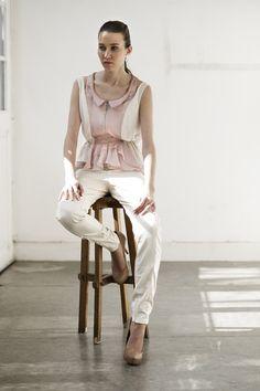 Volans + Fornax #blouse #camisa #sleeveless #sinmangas #drapped #fruncido #zipper #cremallera #beige #pink #rosa #saten #satin #gasa #gauze #chiffon #trouser #pantalon #long #largo #slim #pitillo #beige #stretch #fashion #moda #design #diseno #woman #mujer #andra_cora #spring #summer