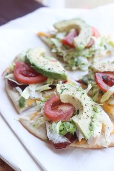 20 minutes to make this delicious pita, topped with fresh avocado, bacon, chicken and tomatoes. Yummy! | littlebroken.com @littlebroken #pizza #californiaclub #20minutemeal