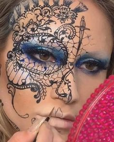 Pintura facial Pintura facial,Videos Pintura facial criada pela artista Vanessa Davies (the_wigs_and_makeup_manager). Related posts:Very cute grey silver glitter eye makeup - Me gusta, 1 comentarios - ℳℯ𝓁𝒾𝓃𝒶 ℒ𝒶𝓏𝒶𝓇𝓉ℯ (. Skull Makeup, Sfx Makeup, Makeup Art, Clown Makeup, Lace Makeup, Zombie Makeup, Drugstore Makeup, Costume Makeup, Amazing Halloween Makeup