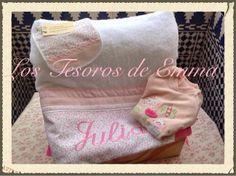 #Cesta #regalo para Julia, formada por #toalla #bordada, #pijama y #babero #artesanal