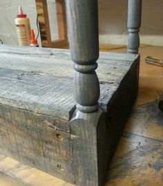 DIY Pallet Furniture - Use pallets and balustrades (railings) to make inexpensive tables. Diy Entryway Storage, Diy Storage, Diy Pallet Furniture, Repurposed Furniture, Used Pallets, Small Space Storage, Railings, Frugal Living, Small Spaces