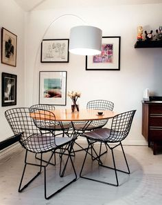 Black and white wire furniture, wood midcentury furniture, white walls, pictures with black frames and white backgrounds Dinner Room, Dining Room Design, Side Chairs, Room Chairs, Home And Living, Room Decor, House Design, Interior Design, Furniture