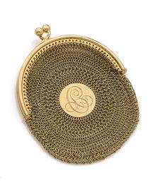 PETIT PORTE-MONNAIE de forme ovale en cote de maille d'or jaune 18K (750°/°°) tricoté, orné d'un chiffre. Travail de la fin du XIXe siècle. H_7 cm L_5,5 cm environ. Poids: 39 g. - Pierre Bergé & associés - 02/06/2016