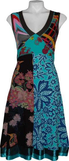 I tend to avoid flowery patterns, but I wouldn't mind having this gorgeous Desigual dress in my wardrobe.