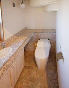 大理石の手洗カウンターのあるゆったりとしたトイレです。|インテリア|おしゃれ|ライト|かわいい|