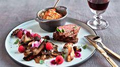 Kalvemørbrad med rodfrugtgratin og svampesauce Beef Steak, Creative Food, Fine Dining, Food Inspiration, Tortilla Chips, Entrees, Tapas, Bacon, Good Food