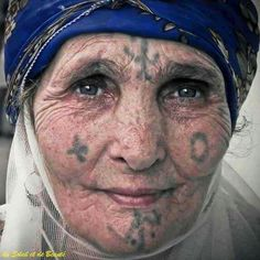 Elles sont libres, belles et brillantes. Tribes Of The World, People Of The World, Facial Tattoos, Body Art Tattoos, Beautiful World, Beautiful People, Beautiful Pictures, Berber Tattoo, Morocco Fashion