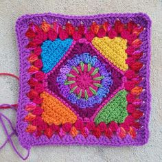 A psychedelic rainbow inspired Square crochetbug crochet square, granny square Granny Square Häkelanleitung, Granny Square Crochet Pattern, Crochet Squares, Crochet Granny, Baby Blanket Crochet, Crochet Motif, Granny Granny, Crochet Cushions, Square Blanket