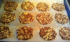 Leinsamen Cracker  -  mein Brotersatz - Frühstück, Abendessen, Zwischendurch - 2 Eier, Pfeffer & Salz, 120g Leinsamen, 120g geriebener Käse, 25g Sesam, 25g Sonnenblumenkerne, ital. Kräuter
