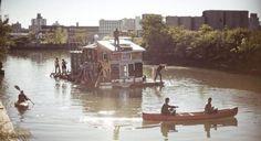 Un américain de 29 ans construit lui-même sa maison-bateau écologique et vit sans produire de déchets