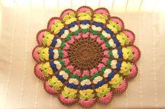 お母さんの手編みの座布団です^^このお花を編むことにハマってしまって止まらないらしく。。もっと編みたい!!とのこで、こちらでもご紹介させて頂きます♪2枚重ねな...|ハンドメイド、手作り、手仕事品の通販・販売・購入ならCreema。