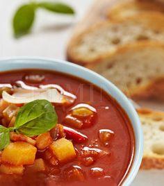 Egy nagy tál forró, finom gulyáslevesnél kevés jobb dolog kerülhet egy hazai asztalra vasárnap délben, próbáld ki! Cook Books, Thai Red Curry, Chili, Soup, Meals, Cooking, Ethnic Recipes, Kitchen, Chile