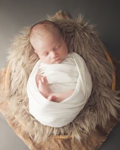 Just look at him sleeping so calmly ⭐️Isn't he gorgeous? #nyfødtfotograf #nyfødtfotografering #nyfødtbaby #newbornphotography #newbornboy