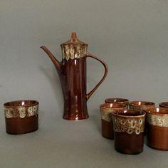 Bardzo efektowny zestaw do kawy zaprojektowany przez Adama Sadulskiego w latach 60. dla Mirostowickich Zakładów Ceramicznych, wykonany ze szkliwionego porcelitu.