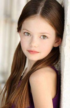 Children portraits photography girl poses Ideas for 2019 Most Beautiful Child, Beautiful Children, Beautiful Eyes, Photo Bb, Mackenzie Foy, Kid Poses, Children Poses, Sibling Poses, Shooting Photo