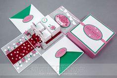 Hochzeitsexplosionsbox im größeren Format mit einer Grundfläche von 5x5 inch. Hochzeitsszene mit Tisch, 2 Sessel und rotem Teppich. Gestaltet von Brigitte Baier-Moser mit Stampin'Up!