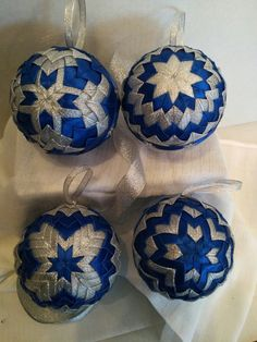 Moje własne bombki Folded Fabric Ornaments, Quilted Christmas Ornaments, Nativity Ornaments, Christmas Baskets, Diy Christmas Ornaments, Handmade Christmas, Machine Quilting Designs, Balls, Patterns