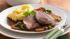 Er ist wohl DER Klassiker unter den festlichen Familiengerichten: Rinderbraten. Richtig gut schmeckt er mit den passenden Beilagen wie beispielsweise Wurzelgemüse und Kartoffelpüree.