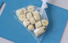 Banana: como conservar e congelar para não perder nenhuma!  - Casa e Cozinha ~~~      bananas muito maduras     faca     saquinhos para congelar  COMO CONGELAR BANANA      Corte as bananas em rodelas.     Coloque 3 bananas em cada saquinhos.     Congele!