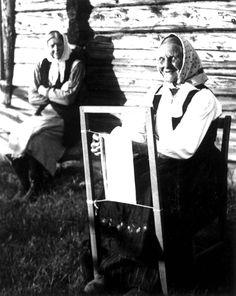 Antagelig Lesja, Oppland 1934. Kvinne i arbeid ved sprrangramme, i bakgrunnen sitter en kvinne ved husveggen og se på. Craft Items, Anthropology, Quilt Blocks, Printing On Fabric, Cool Photos, Anna, Spring, Museum, Fiber