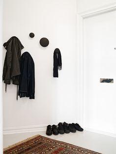 Muuto dots Grays - via Coco Lapine Scandinavian Design House, Minimalist Scandinavian, Small Space Living, Small Spaces, Hallway Inspiration, House Entrance, Hallway Decorating, Wall Hanger, Blue Walls