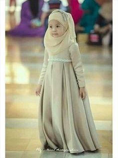 Little hijab style Islamic Fashion, Muslim Fashion, Muslim Girls, Muslim Women, Arab Girls, Chiffon Hijab, Kids Abaya, Little Girl Dresses, Flower Girl Dresses