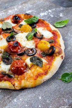 Oliven, Kapern & Büffelmozzarella auf einer leckeren Pizza
