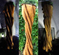 """Hallo Der Titel ist durch die Helix-Form der Skulptur entstanden. Die Figur ist ca 1,9 Meter groß. Beleuchtet wird die Skulptur mit LED-Lampen. Auf meinem YouTube Kanal """"Larscarving"""" könnt Ihr sehen wie ich diese Skulptur mit der Motorsäge schnitze. Viel Spaß beim ansehen."""