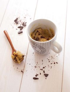 C'est le mug cake le plus connu et le plus gourmand. Le mug cake cookie est fait en seulement 5 min et il est trop trop bon ! Quasiment addictif ! La recette d'origine vient du blog No. 2 Pencil (en anglais). Il faudra le manger tiède car il durcit en refroidissant (comme un cookie).