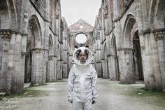 Space Suit    Le photographe italien Graziano Panfili nous dévoile des images de personnes portant des combinaisons spatiales pour symboliser la capacité de certaines personnes à s'imaginer de grands rêves à travers une superbe série appelée « Alien-ation ». Des images de qualité à découvrir dans la suite.
