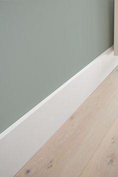Flexa Early Dew witte hoge plint en lichte eiken vloer <3…