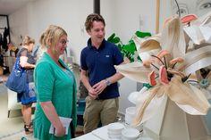 bezoekers werden gefascineerd door de grote en bijzondere boeketten van Linda Nieuwstad, in een stalen vaas van Piet Hein Eek.