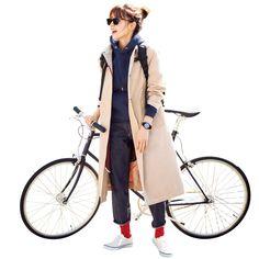 ローテクの白スニーカーこそカラーソックスで遊びたい キャンバススニーカーに合わせたのは、ほどよい厚みのある赤い靴下。濃いインディゴとのトリコロールで、スポーティなスタイリングに鮮やかなフレンチスパイスをきかせて。 ソックス¥1800/ビショップ(ファルケ) 靴( 2 )¥5500/ヴァンズ ジャパン コート¥