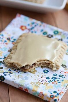 homemade maple-cinnamon oat pop tarts, which are the best ones! Tart Recipes, Dessert Recipes, Cooking Recipes, Brunch Recipes, Yummy Treats, Sweet Treats, Yummy Food, Brown Sugar Pop Tarts, Cinnamon Pop Tart